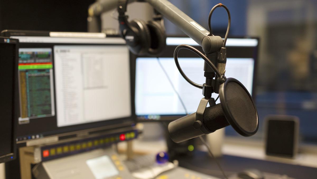 OBSラジオで毎週金曜日出演している「わけあり.comラジオ」のイメージ