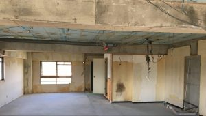 マンションのリノベーション中の写真。壁もなく「箱」の状態になっています。