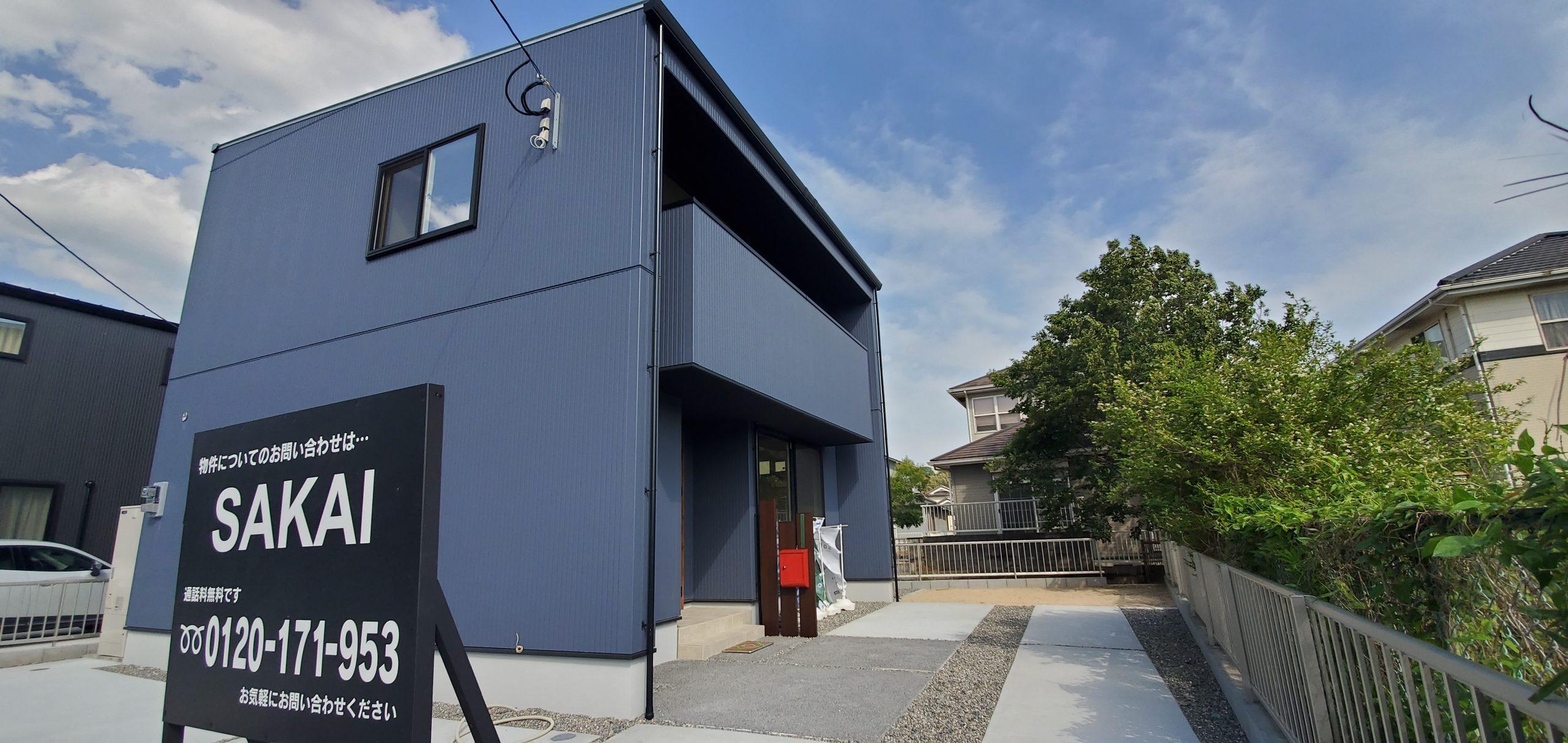 大分市戸次のSAKAIの家 紺色の外壁に赤いポストがアクセントのシンプルハウス