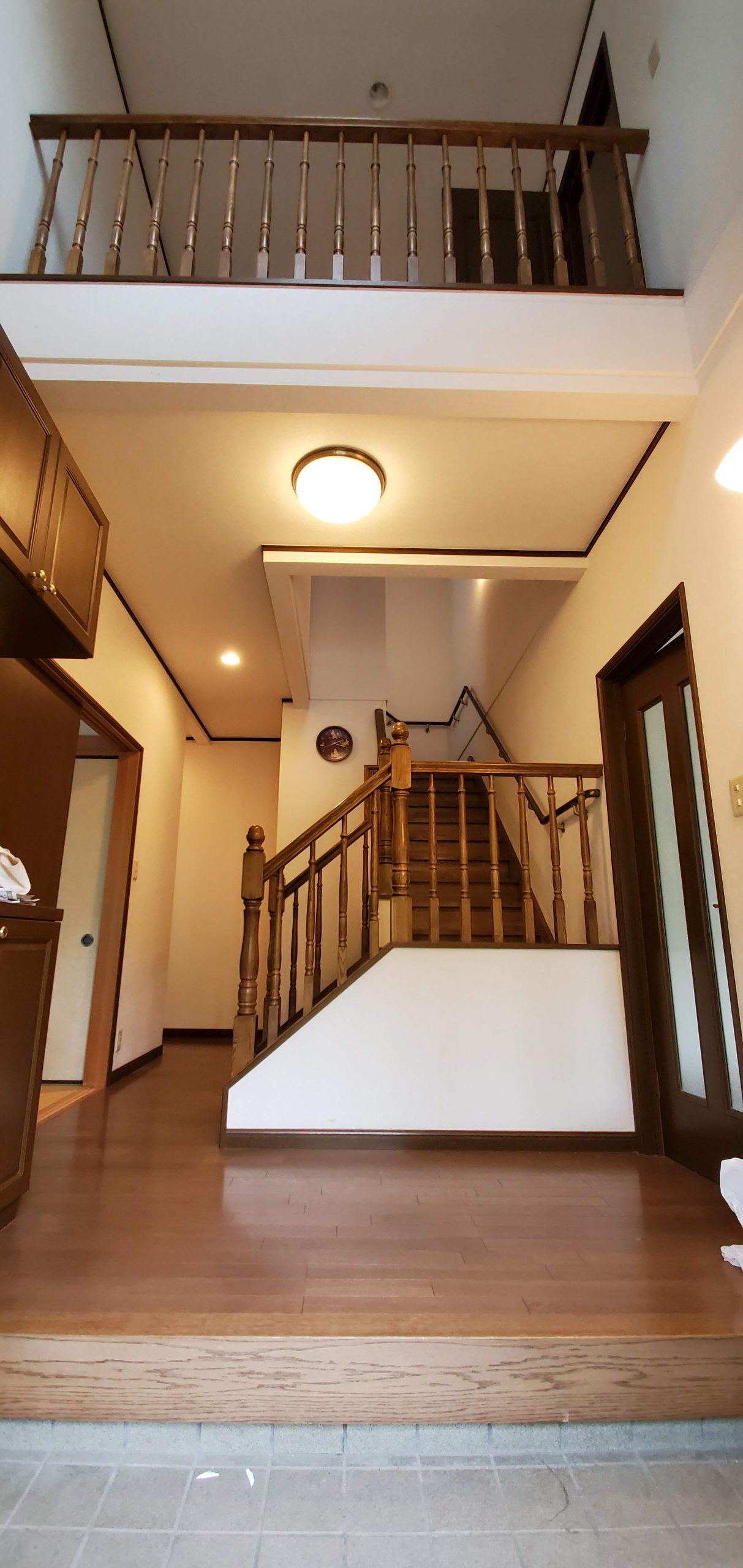 美し野の中古住宅 玄関から見た内観 折れ階段と左右にドア
