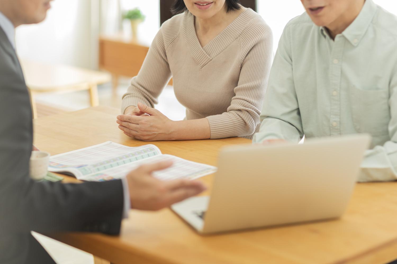 不動産会社の担当者に相談している夫婦のイメージ|不動産コラム