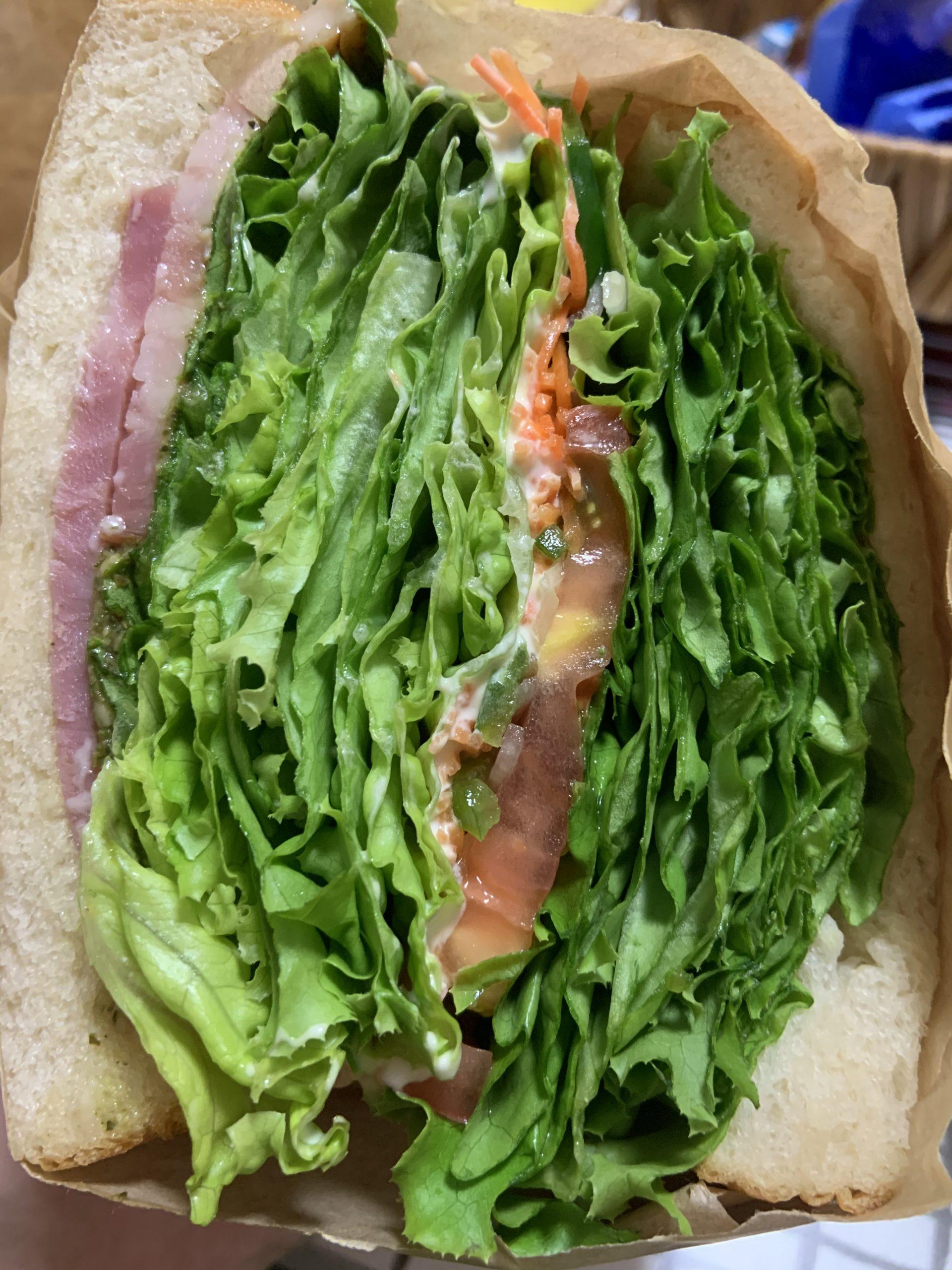 大分市牧にあるサンドイッチファクトリー チャクミーさんのレタスぎっしりで分厚いサンドイッチ