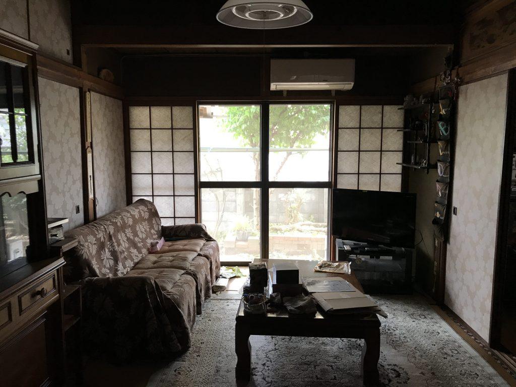 中古住宅 家具や荷物が残ったままのリビング