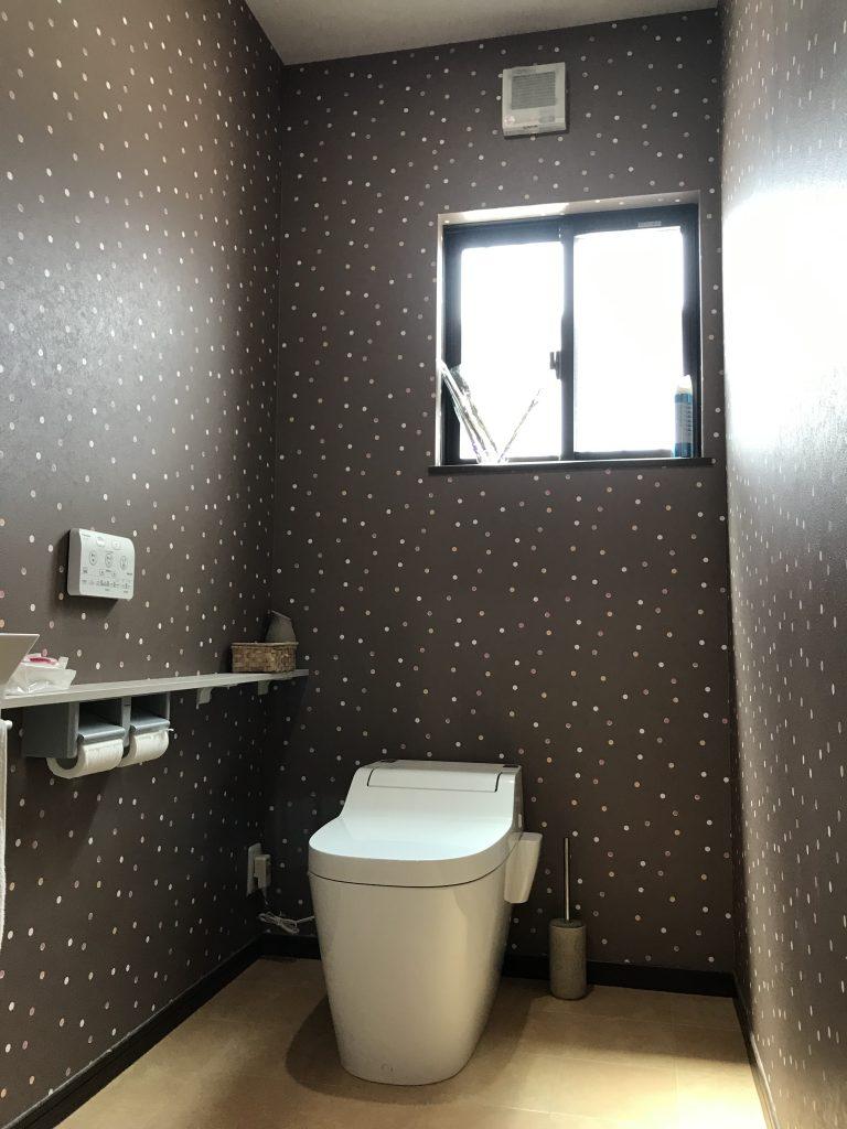 カームタウン木ノ上の中古住宅階段 茶色に白いドットが散りばめられた壁紙のおしゃれなトイレ