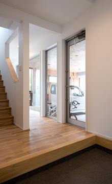 中古住宅リノベーションのお客様対談 玄関のこだわりビルトインガレージ|大分不動産情報サービス